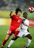 图文-[奥运会]朝鲜女足VS尼日利亚 拼抢如此凶猛