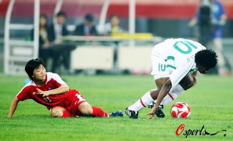 图文-[奥运会]朝鲜女足VS尼日利亚 险些手球犯规