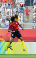 图文-巴西1-0比利时 巴西国奥队席尔瓦与费莱尼争顶