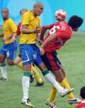图文-巴西1-0比利时 费莱尼与巴西国奥队球员争顶