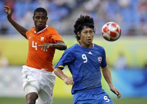图文-[男足]荷兰vs日本 身体巧妙护球