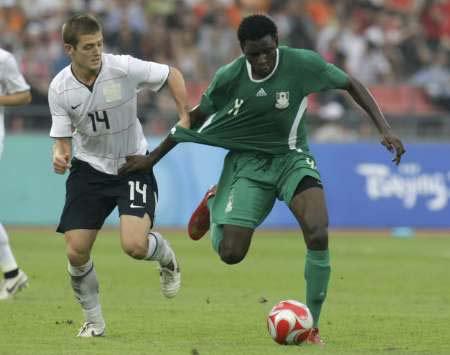 图文-[男足]尼日利亚2-1美国 罗杰斯防守小动作