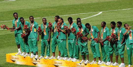 图文-北京奥运男子足球颁奖仪式 亚军尼日利亚