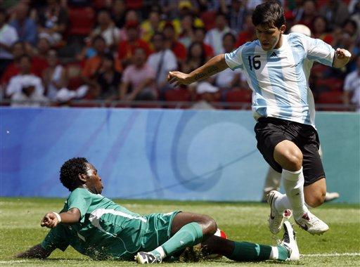 图文-男足尼日利亚vs阿根廷 轻松越过铲球; 奥运会(8月23日)金牌榜