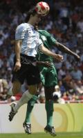 图文-男足尼日利亚VS阿根廷 佩雷加再次头球