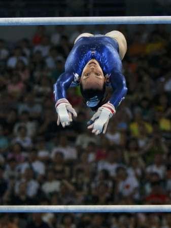 图文-女子体操资格赛 英国名将特维德尔战高低杠