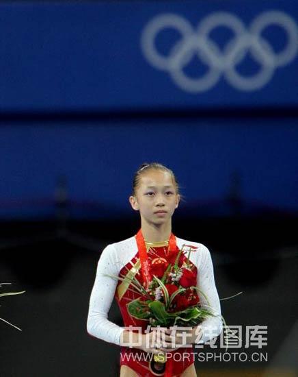 图文-体操女子个人全能决赛 杨伊琳站在领奖台上