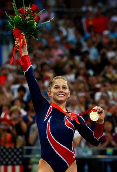 图文-奥运体操女子平衡木决赛 约翰逊展示金牌