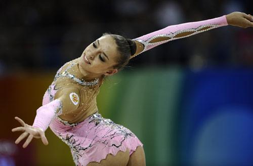 图文-艺术体操个人全能决赛 卡纳耶娃舒展身姿
