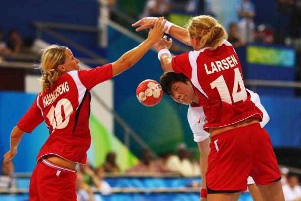 图文-奥运会9日女子手球赛场 二人合力防守