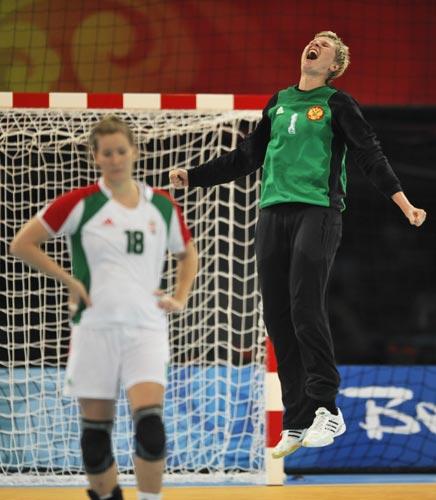 图文-奥运会女子手球半决赛赛况 开心地跳起来
