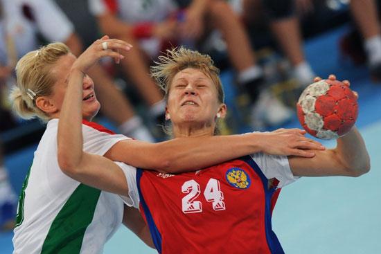 图文-奥运会女子手球半决赛赛况 拦胸抱住