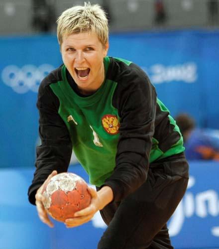 图文-奥运会女子手球半决赛赛况 有点保龄球的架势