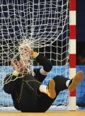 图文-奥运会22日男子手球赛况 守门员不幸落网