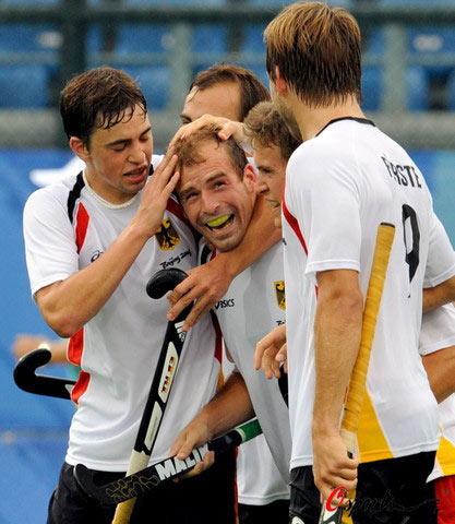图文-曲棍球男子分组预赛 德国队员拥抱庆祝