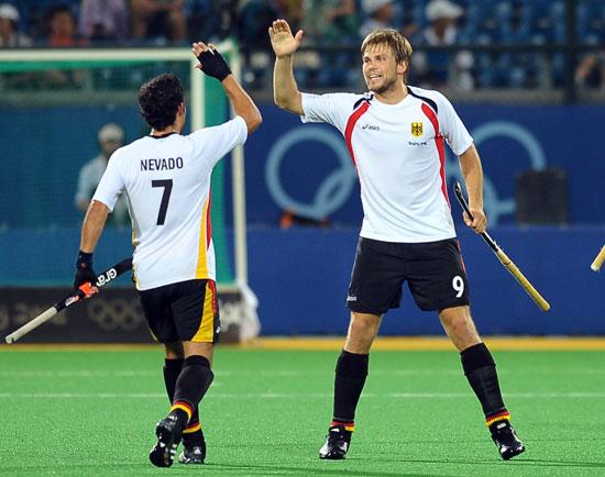 图文-奥运会17日男子曲棍球赛况 庆祝进球
