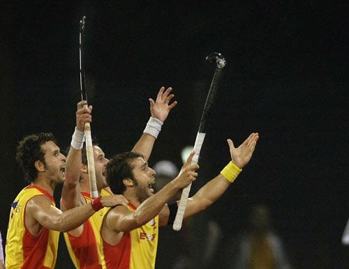 图文-男子曲棍球半决赛西班牙获胜 一齐来欢庆