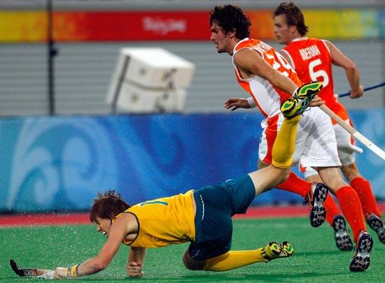 图文-澳大利亚男曲胜荷兰摘铜 比赛中激烈的拼抢