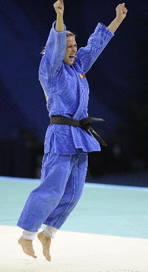 图文-杜米特鲁获得女子48公斤级金牌 开心庆祝胜利