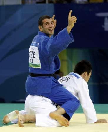 图文-男柔73公斤小将13秒夺金 骑着对手庆祝胜利