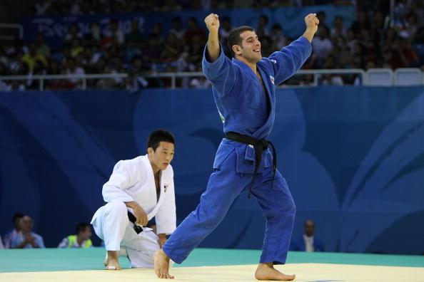 图文-男子柔道73公斤小将13秒夺金 高举双臂庆祝