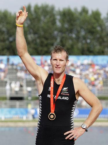 图文-赛艇男子单人双桨决赛 铜牌得主在微笑