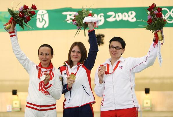 图文-北京奥运首金产生 领奖台上前三名合影