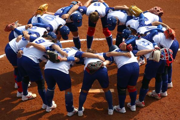 图文-奥运会18日女垒比赛赛况 围在一起加油