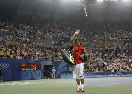 图文-[网球]纳达尔2-0休伊特 纳达尔向观众致意