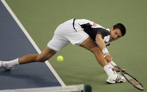 图文-网球男单德约科维奇摘铜 被动中回球仍有力