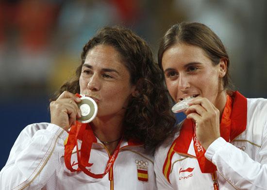 图文-网球女子双打决赛 银牌得主亲吻银牌