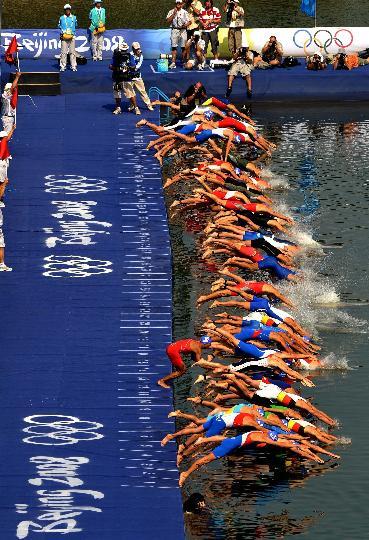 图文-铁人三项男子组决赛举行 参赛选手出发入水