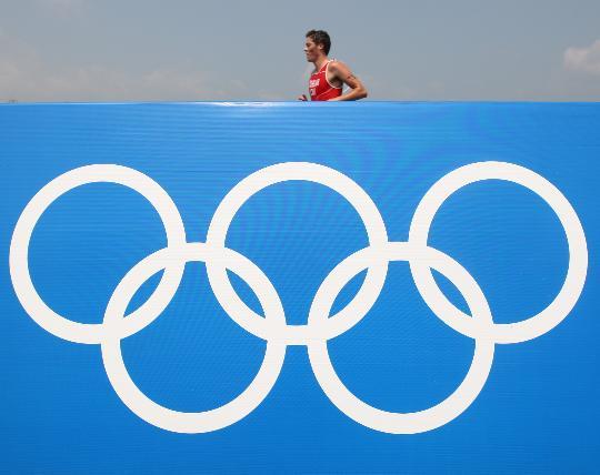 图文-铁人三项男子组决赛举行 选手在长跑比赛中