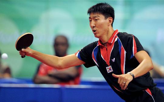 图文-乒乓球男单第三轮精彩赛况 吴尚垠身高臂长
