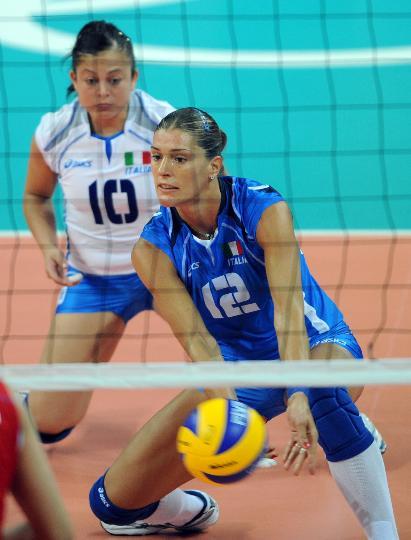 图文-奥运会女子排球小组赛 意大利队员奋力救球
