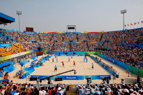 图文-男子沙排半决赛激战 朝阳公园众人观看沙排