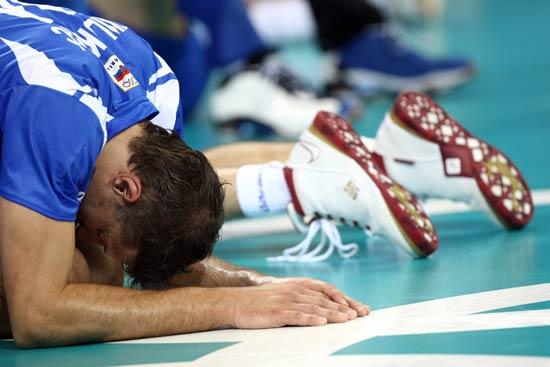 图文-男排1/4决赛赛况 塞尔维亚队员痛苦的表情