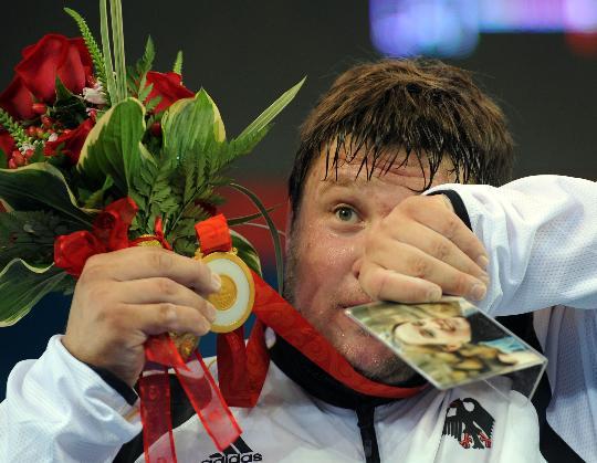 图文-举重男子105公斤以上决赛 泪水在眼中