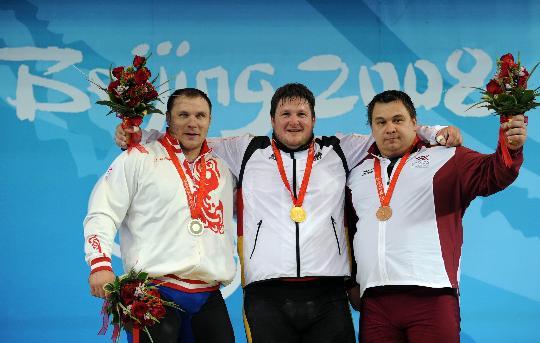 图文-举重男子105公斤以上决赛 前三甲合影