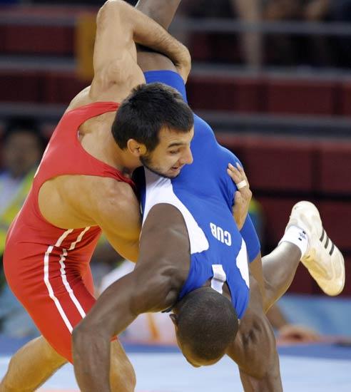 图文-摔跤男子66公斤级赛况 土耳其选手举起对手