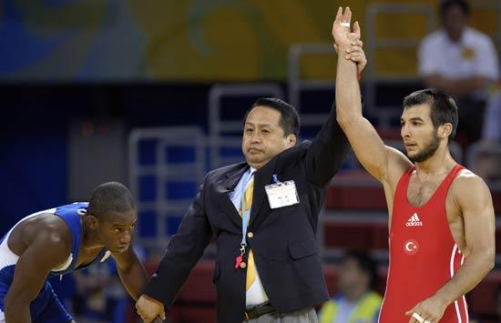 图文-摔跤男子66公斤级赛况 宣布获胜者