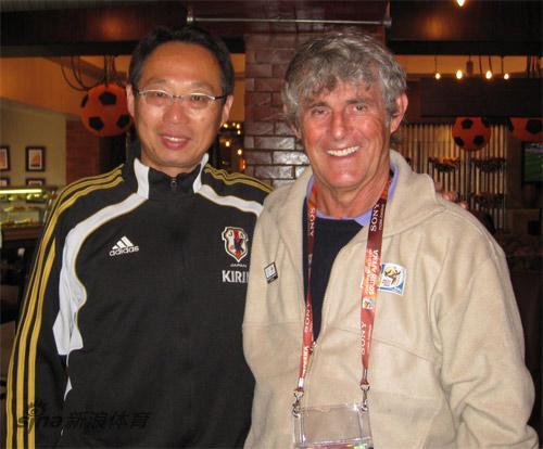 图文-米卢与冈田武史合影日本主帅表示日本目标8强