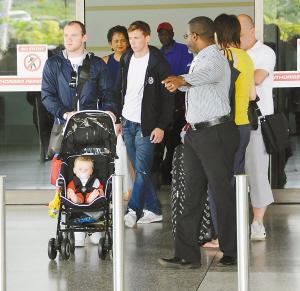 鲁尼夫妇携儿子凯抵达巴巴多斯。