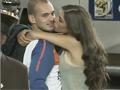 视频-荷兰队与太太团赛后缠绵 斯内德女友温柔送吻