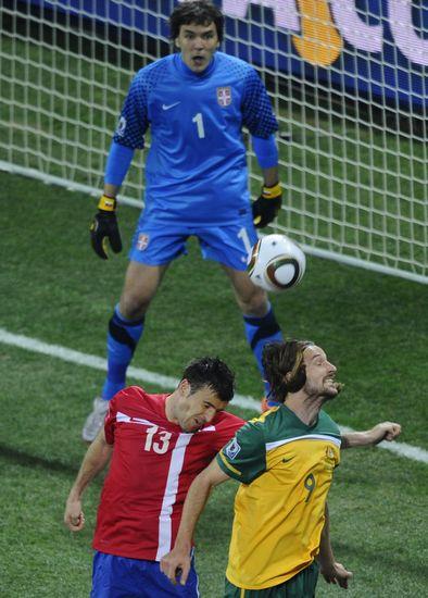 图文-[小组赛]澳大利亚2-1塞尔维亚肯尼迪奋力争球