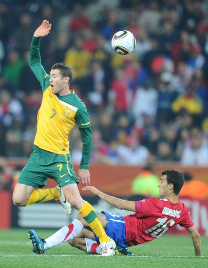 图文-[小组赛]澳大利亚2-1塞尔维亚瓦勒里铲断