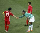 两位队长握手告别