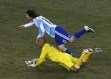 梅西射门摔倒