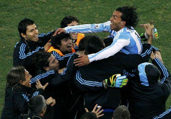 图文-[1/8决赛]阿根廷3-1墨西哥众人爱戴特维斯