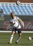 本田圭佑看着足球